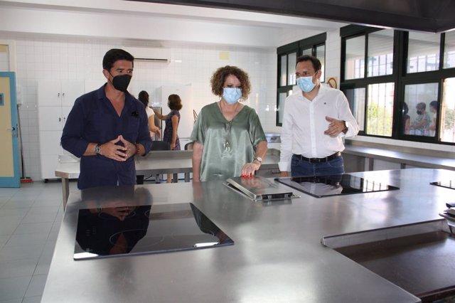 La delegada de Igualdad, Educación, Participación Ciudadana y Coordinación de Distritos, Adela Castaño, en la la sala destinada a taller de cocina del Centro Cívico de San Pablo
