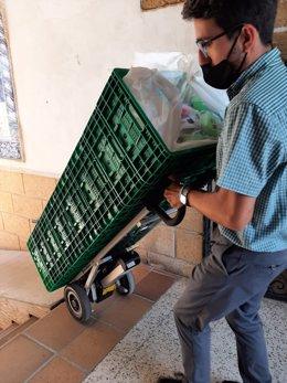 Un voluntario traslada parte de la ayuda humanitaria recibida para los refugiados afganos.