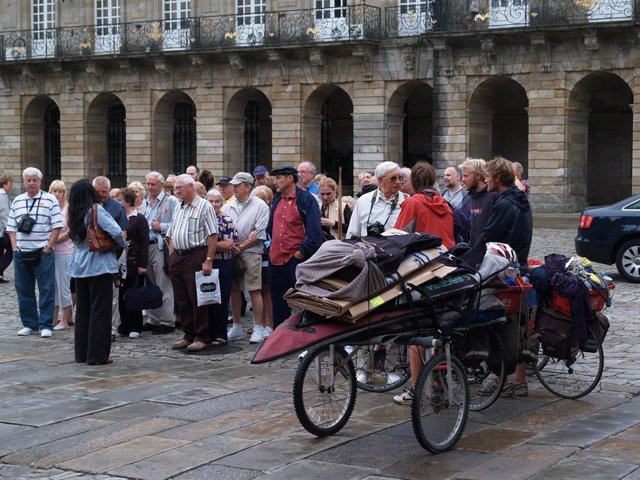 Archivo - Turistas reunidos en la Praza do Obradoiro de Santiago de Compostela (A Coruña)