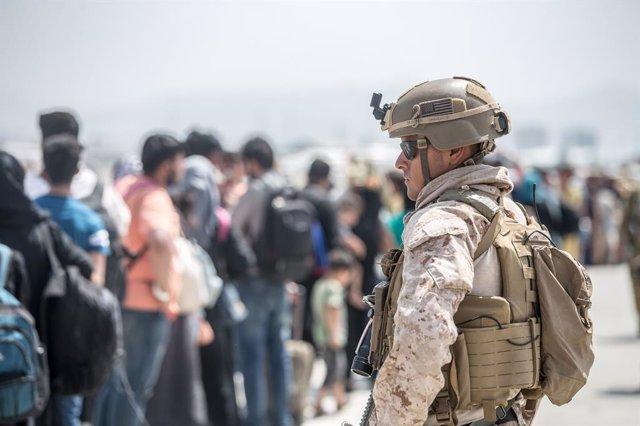 Un marine de Estados Unidos en el aeropuerto de Kabul