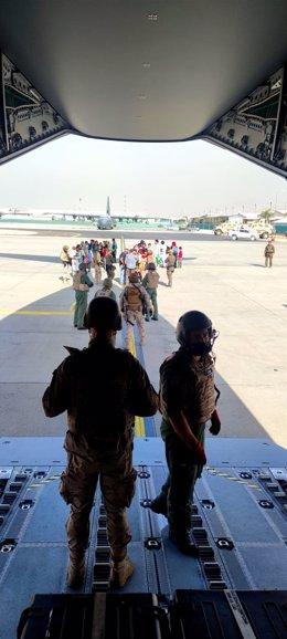 Dos militares españoles en Kabul esperando a evacuadois de Afganistán