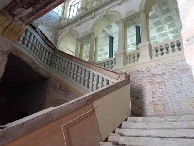 Escalita del edificio central de la casa consistorial de Almería a la espera de las obras de reforma interior.