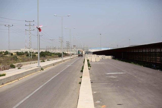 Archivo - Un camión cruza el paso de Erez, en la frontera entre Israel y la Franja de Gaza