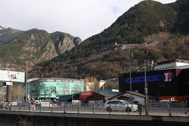 Dos dels centres comercials andorrans que es troben al centre d'Andorra