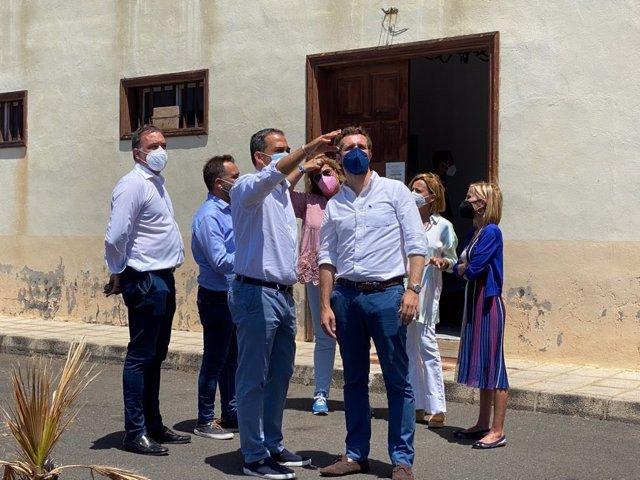 El presidente del PP, Pablo Casado, en una visita a un centro de alojamiento de migrantes en El Hierro