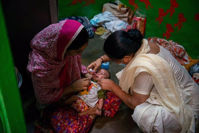 Archivo - 27 June 2021, India, New Delhi: A health worker administers a dose of polio vaccine to a child during a national Pulse Polio Immunisation (PPI) programme at a slum area in Darya Ganj.