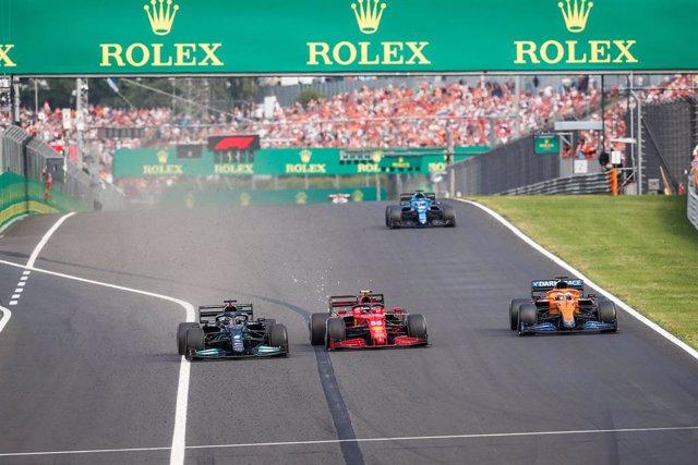 44 HAMILTON Lewis (gbr), Mercedes AMG F1 GP W12 E Performance, 55 SAINZ Carlos (spa), Scuderia Ferrari SF21, action during the Formula 1 Magyar Nagydij 2021, Hungarian Grand Prix, 11th round of the 2021 FIA Formula One World Championship from July 30 to A