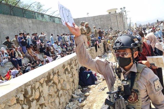 Un soldado surcoreano busca colaboradores afganos para evacuarlos desde el aeropuerto de Kabul