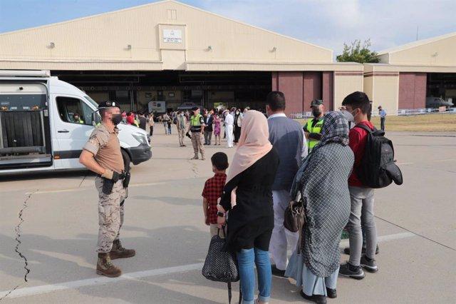 Un total de 292 personas evacuadas desde Afganistán llegan a la Base Aérea de Torrejón, a 25 de agosto de 2021, en Torrejón de Ardoz, Madrid (España). La ministra de Defensa y el jefe de Estado Mayor de la Defensa (JEMAD), han recibido este avión la tarde