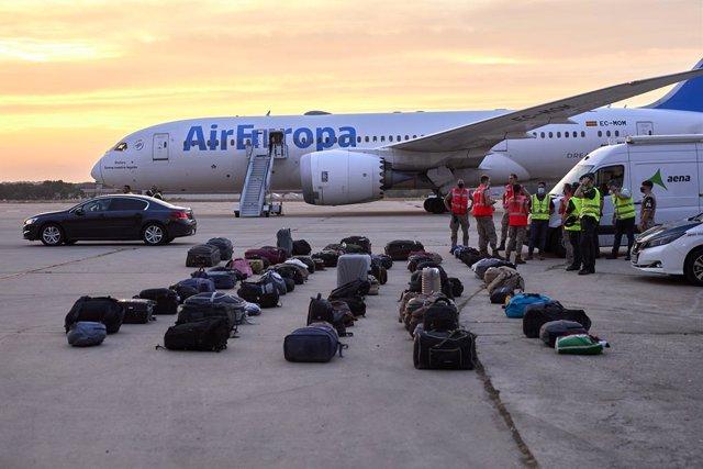 Equipatges de refugiats afganesos a la base aèria de Torrejón d'Ardoz a 24 d'agost de 2021, a Madrid (Espanya). Aquest vuitè avió militar enviat pel Govern d'Espanya, que abans d'arribar a Madrid ha fet escala en Dubái, ha traslladat a 290 pasaj