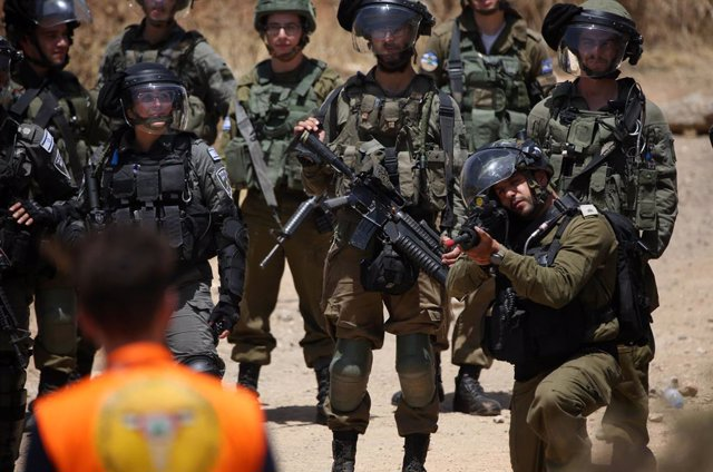 Archivo - 28 May 2021, Palestinian Territories, Nablus: Israeli security forces soldiers take positions in front of Palestinians during a demonstration against the establishment of Israeli outposts in the West Bank. Photo: Shadi Jarar'ah/APA Images via ZU