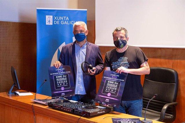 El secretario general de Política Lingüística, Valentín García, acompañado del periodista y  DJ Carlos Crespo, en la presentación del I Foro sobre el papel de los  DJ en la difusión de la música gallega.