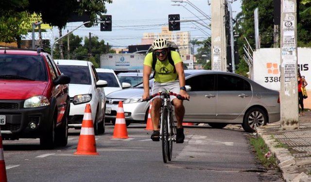 Archivo - Hombre en bicicleta