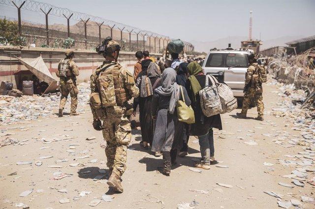 Militares italianos en el aeropuerto de Kabul