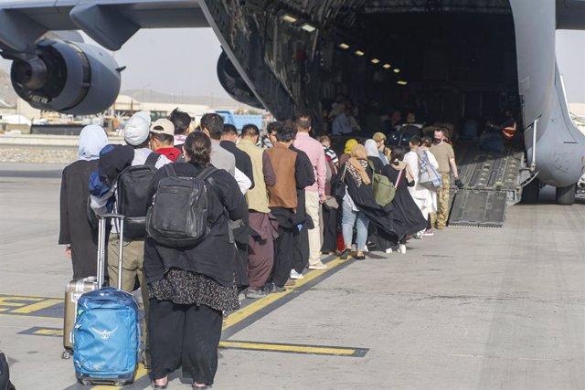 Persones esperen per ser evacuades en un avió militar nord-americà en l'aeroport de Kabul