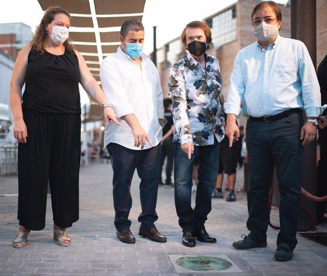 Autoridades en la inauguración de la placa de Raphael en el Viam Musicorum de Mérida