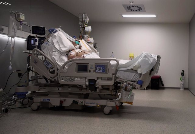 Archivo - Arxivo - Un malalt en un llit de la UCI de l'Hospital d'Emergències Isabel Zendal, Madrid (Espanya), a 20 de gener de 2021