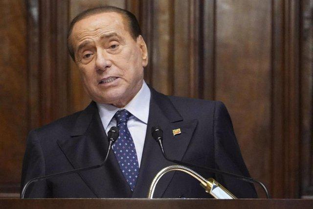 Archivo - El magnate y exprimer ministro italiano, Silvio Berlusconi, durante una comparecencia ante los medios