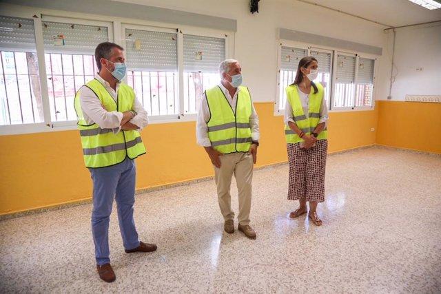 Los concejales de Movilidad y del Distrito Málaga Este, José del Río y Carlos Conde, respectivamente, acompañados de la delegada de Educación y Deporte, Mercedes García Paine.