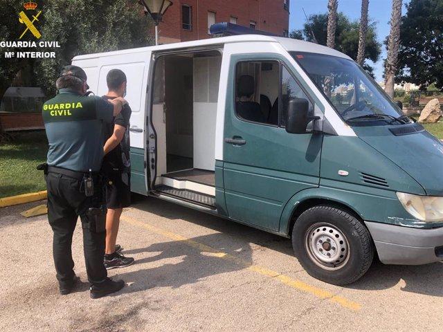 El detenido en el momento de subir al furgón