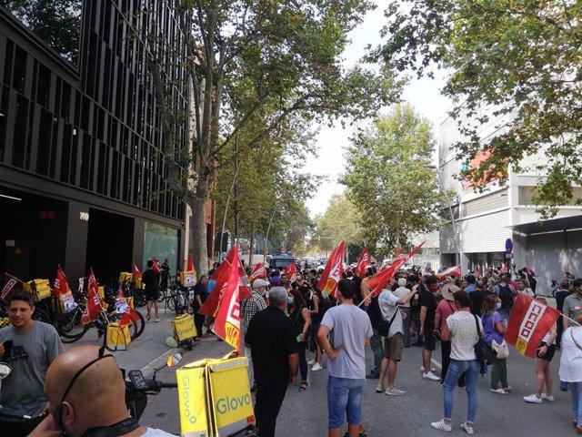 Unos 150 trabajadores de supermercados de Glovo se concentran ante la sede en Barcelona