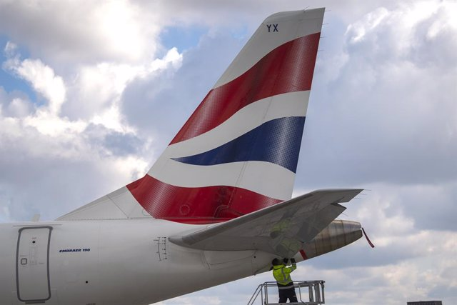 Archivo - 29 April 2021, United Kingdom, London: A British Airways plane is prepared for takeoff at London City Airport, which has become the world's first major airport to be fully controlled by a remote control tower. Photo: Victoria Jones/PA Wire/dpa
