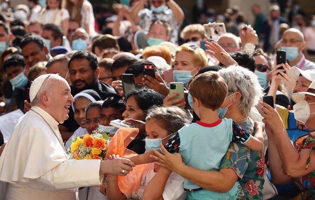 Archivo - 30 June 2021, Vatican, Vatican City: Pope Francis (L) meets believers during his weekly general audience at the San Damaso courtyard at the Vatican. Photo: Grzegorz Galazka/Mondadori Portfolio via ZUMA/dpa