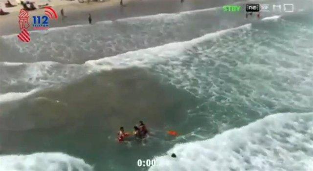 Un dron interviene en un rescate en la playa de Cullera (Valencia)