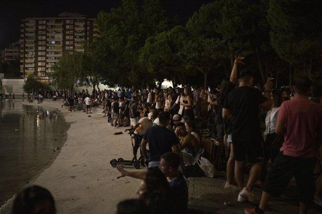 Desenes de persones al parc de l'Espanya Industrial, durant la primera nit de les Festes de Sants, a 25 d'agost de 2021, a Barcelona, Catalunya (Espanya).