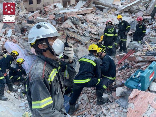 Bomberos trabajando en la zona del edificio siniestrado