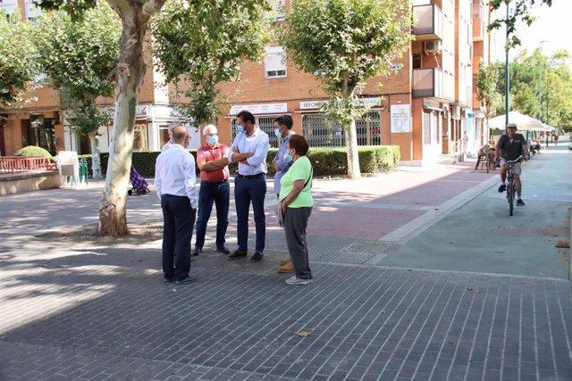 El alcalde de Valladolid, durante la visita a las obras en la calle Mirabel, en la Rondilla.