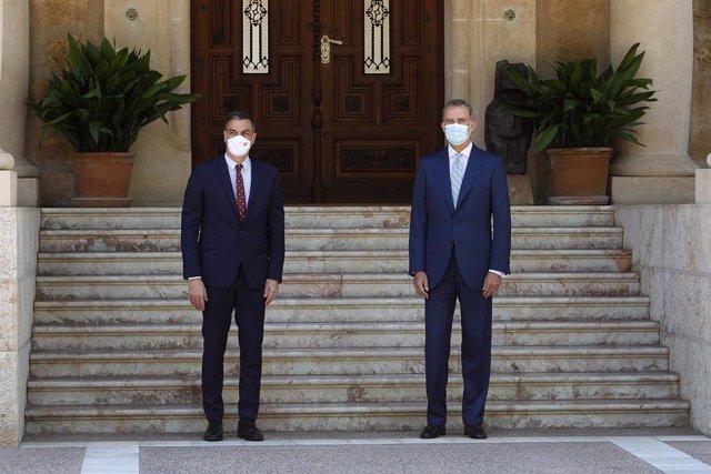El Rey Felipe VI (d) y el presidente del Gobierno, Pedro Sánchez (i), posan en el Palacio de Marivent, a 3 de agosto de 2021, en Palma de Mallorca, Mallorca, (España). Se trata del tradicional encuentro que el monarca realiza con el dirigente del Ejecutiv