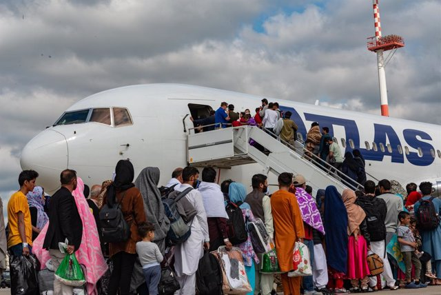 24 August 2021, Rhineland-Palatinate, Ramstein-Miesenbach: Afghan refugees board a commercial plane for USA from Kabul at Ramstein Air Base after being evacuated from Afghanistan in the aftermath of the Taliban takeover. Photo: Airman Edgar Grimaldo/U.S.