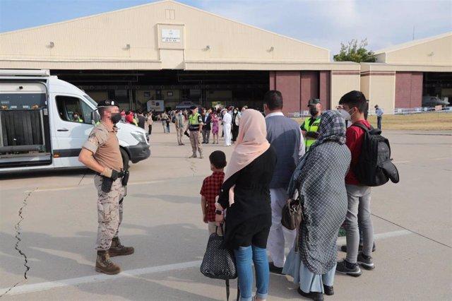 Un total de 292 personas evacuadas desde Afganistán llegan a la Base Aérea de Torrejón, a 25 de agosto de 2021.