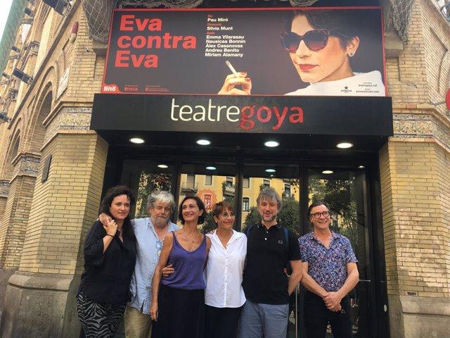 L'equip d''Eva contra eva' amb la seva directora, Sílvia Munt, en el Teatre Goya de Barcelona.