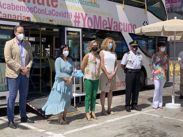 La ministra de Sanidad, Carolina Darias, tras visitar la vacuguagua