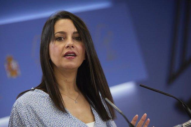 La presidenta de Ciudadanos, Inés Arrimadas, en una rueda de prensa, durante la reunión de la Diputación Permanente en el Congreso de los Diputados, a 25 de agosto de 2021, en Madrid (España).
