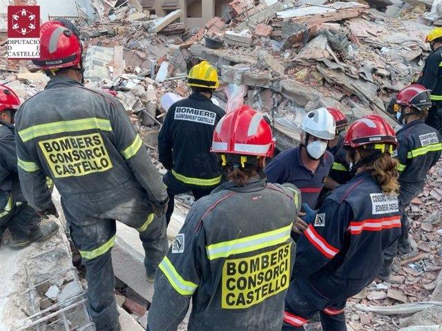 Bomberos trabajando en el lugar del derrumbe