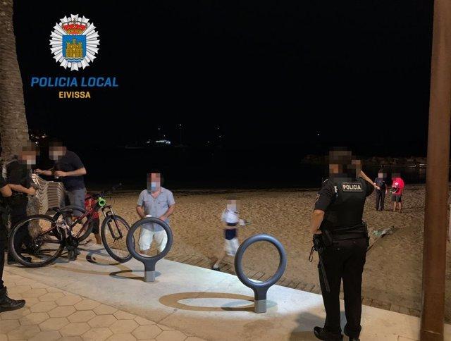 Agentes de la Policía Local de Ibiza durante una actuación en una playa.