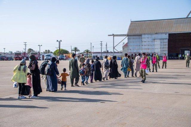 Un grupo de refugiados afganos llegan a la base de Rota en un avión militar estadounidense