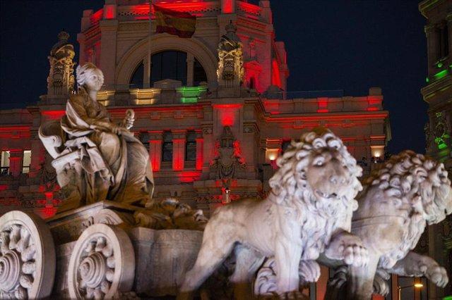 La fuente de Cibeles iluminada con los colores de la bandera de Afganistán, a 16 de agosto de 2021, en Madrid (España).