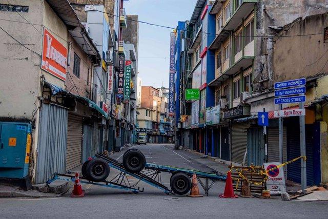 Las calles comerciales de Colombo, en Sri Lanka, desiertas durante el nuevo confinamiento nacional decretado por el Gobierno del país para frenar los contagios de COVID-19
