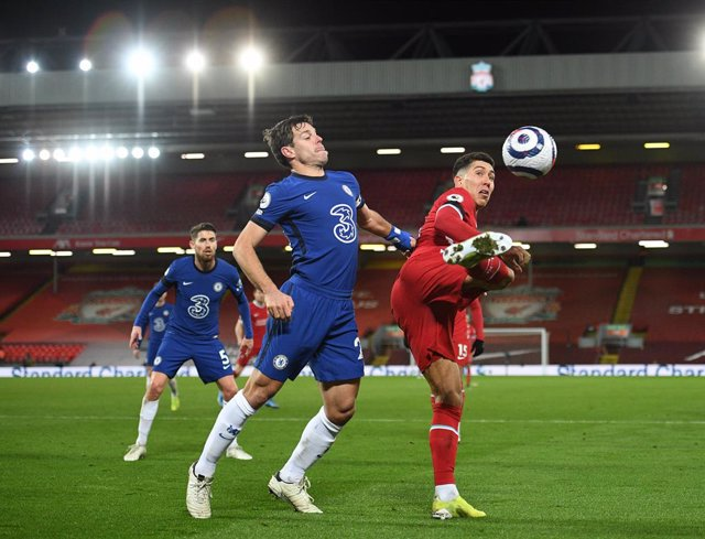 Archivo - 04 March 2021, United Kingdom, Liverpool: Chelsea's Cesar Azpilicueta (L) and Liverpool's Roberto Firmino battle for the ball during the English Premier League soccer match between Liverpool and Chelsea at The Anfield. Photo: Oli Scarff/PA Wire/