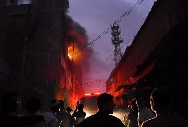 Archivo - 30 March 2021, Pakistan, Karatschi: Smoke and flames rise from the building of a furniture factory after a fire broke out due to an electrical short circuit. Photo: ---/PPI via ZUMA Wire/dpa