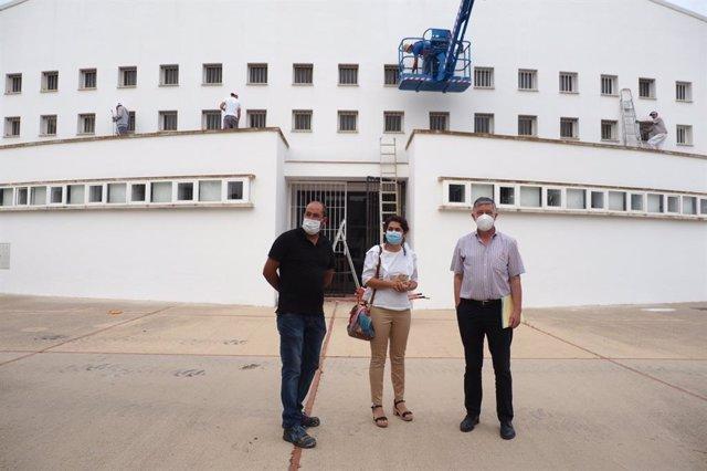 El alcalde de Palos de la Frontera, Carmelo Romero, y la concejal de Educación, Lucía Núñez, en su visita a uno de los centros escolares del municipio.