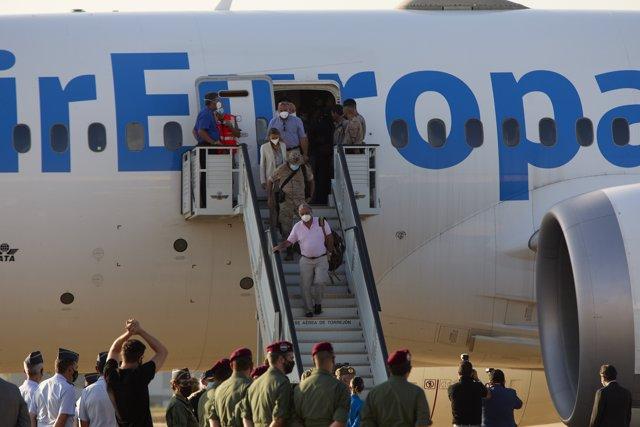 El embajador de España en Afganistán, Gabriel Ferrán Carrión baja las escalerillas del avión en Torrejón de Ardoz
