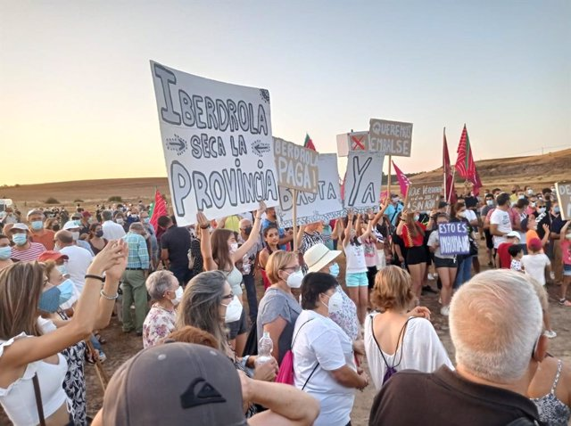 """Manifestantes de los pueblos afectados por el vaciado de Ricobayo (Zamora), contra Iberdrola por """"secar"""" la provincia"""