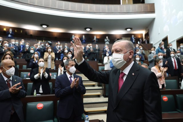 Archivo - HANDOUT - 09 June 2021, Turkey, Ankara: Turkish President and Justice and Development (AK) Party Chairman Recep Tayyip Erdogan (C)arrives to attend the party's parliamentary group meeting at the Grand National Assembly of Turkey. (best quality