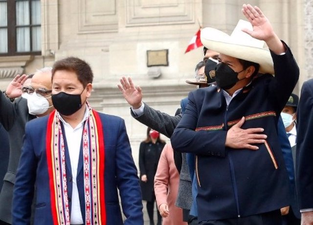 Guido Bellido, presidente del Consejo de Ministros de Perú, junto al presidente Pedro Castillo