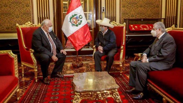 El presidente de Perú, Pedro Castillo, junto con el canciller peruano, Óscar Maúrtua, y el embajador ruso en el país sudamericano, Igor Romanchenko, durante un encuentro para tratar aspectos relacionados con la COVID-19